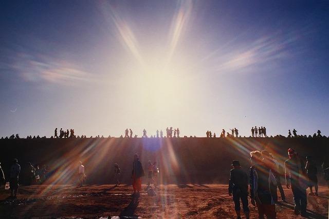 フェスティバル会場を皆既日食の時空間が包み込む