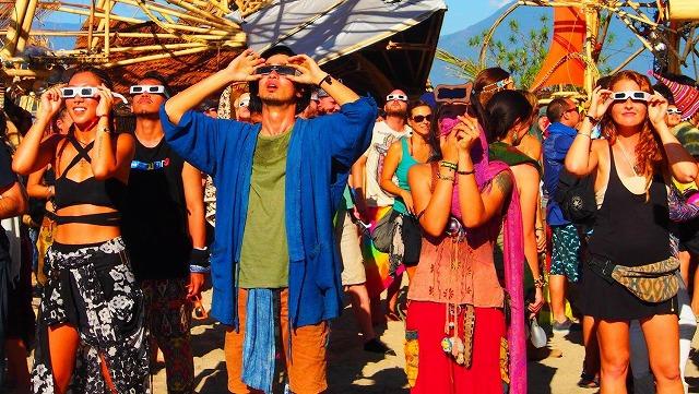 インドネシア皆既日食フェスティバルでの観客