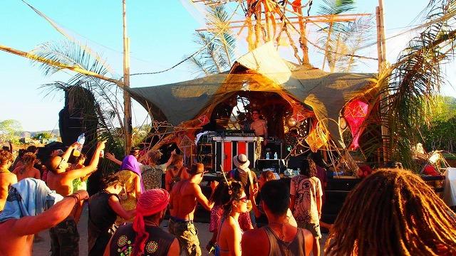 インドネシア皆既日食フェスティバルのステージ