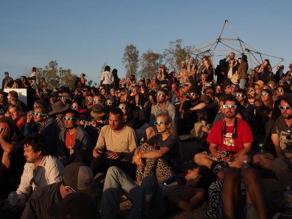 日食を見つめる参加者たち
