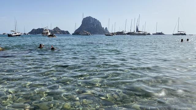 エズベドラが正面に見えるカラ・ドーットビーチ。ここもボートとツーリストでいっぱいでした。水綺麗でしょ。