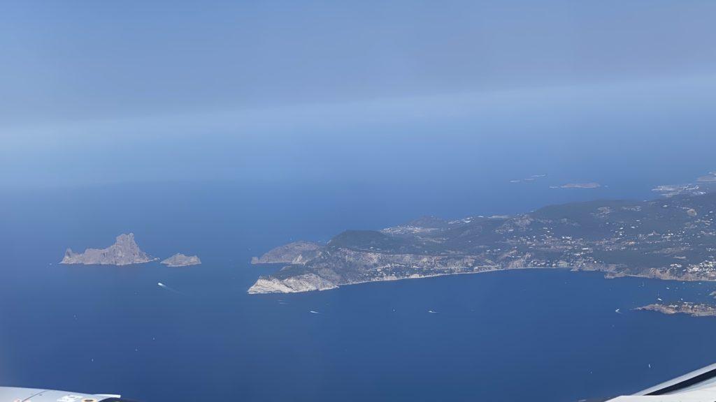 機内から見たイビザ。島のアイコン、エズベドラがお出迎えしてくれてます